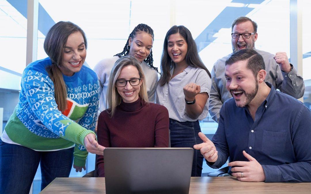 Smějící se lidé u PC